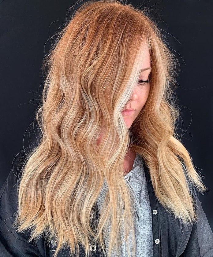 Faits saillants blonds pour cheveux à la fraise