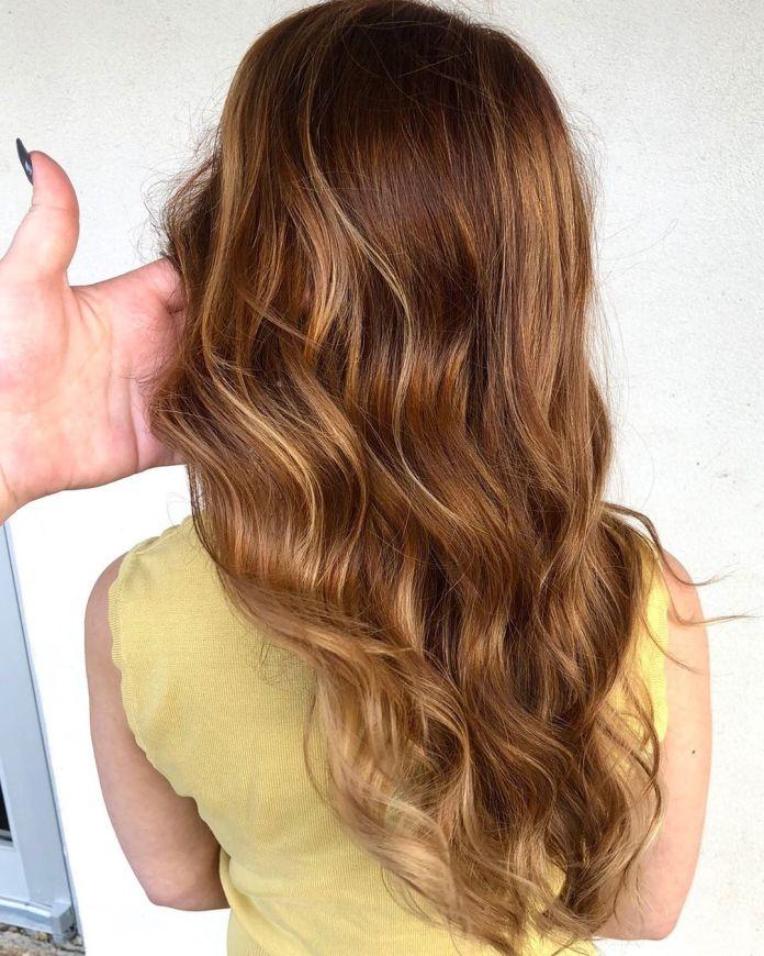 Cheveux bruns foncés avec des reflets fraises
