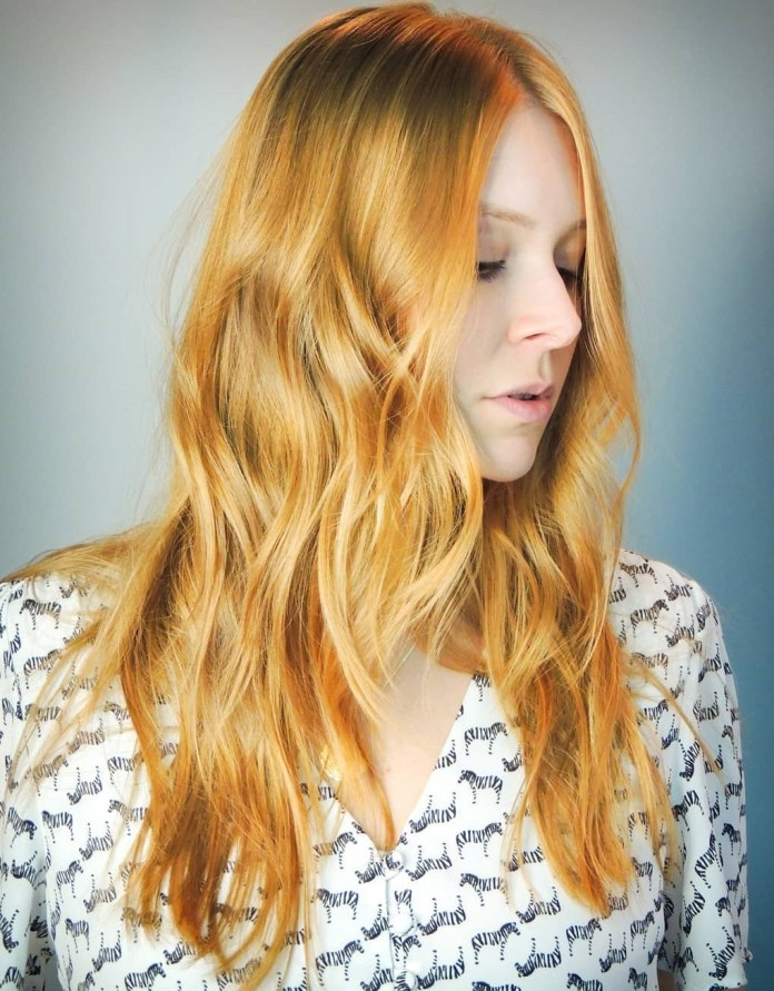Cheveux blonds dorés avec des reflets de fraise