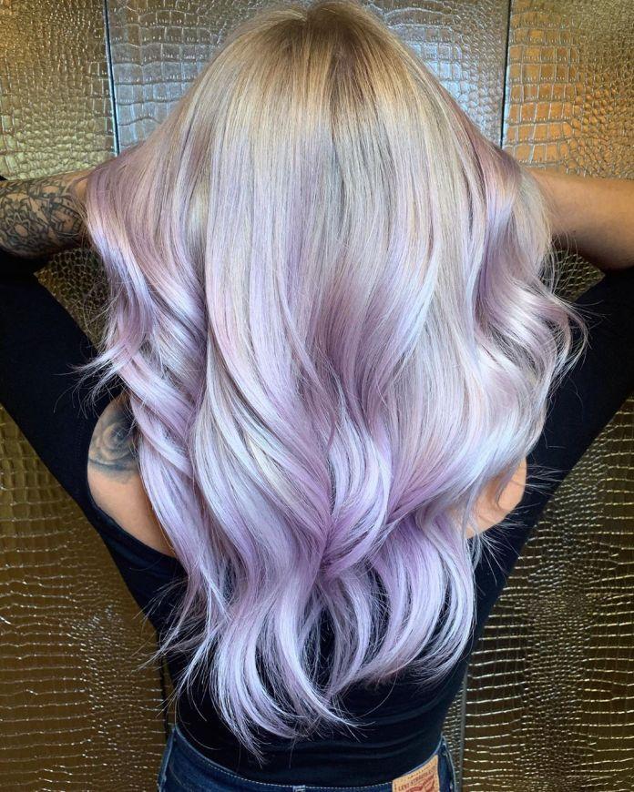 Des reflets violets subtils pour les blondes
