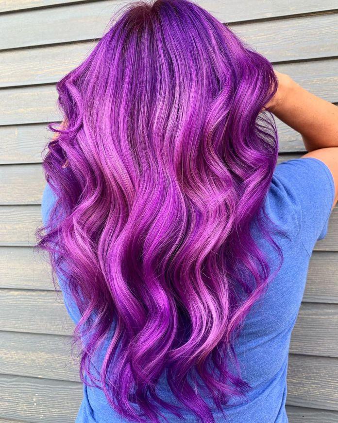 Cheveux longs et violets brillants