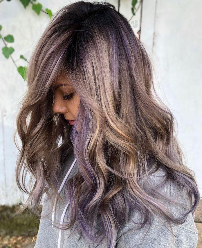 Cheveux blonds avec des reflets violet clair