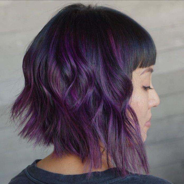 Cheveux noirs avec des reflets violets
