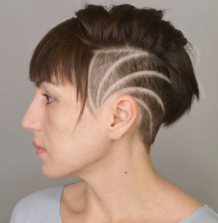 Undercut pour femmes avec lignes rasées