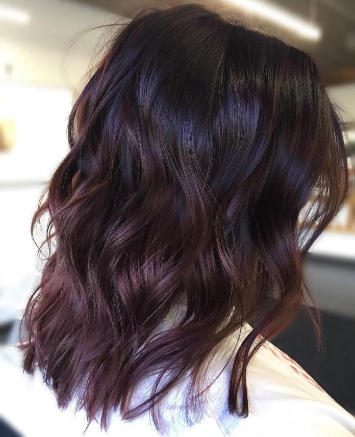Cheveux brun foncé prune avec des reflets violets subtils
