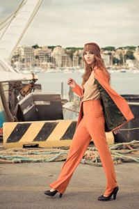 Fashion: Chi si vuole fashion è una persona che ama il cambiamento e le novità gioca continuamente a stravolgere la sua immagine con disinvoltura ma sempre seguendo la moda attuale