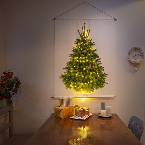 kerstboom op stof met kerstverlichting