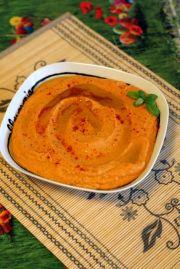 Hummus cu rosii uscate