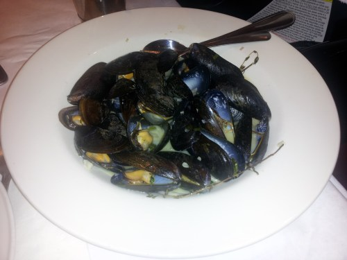 STEAMED MUSSELS IN WHITE WINE BROTH W. FRENCH FRIES