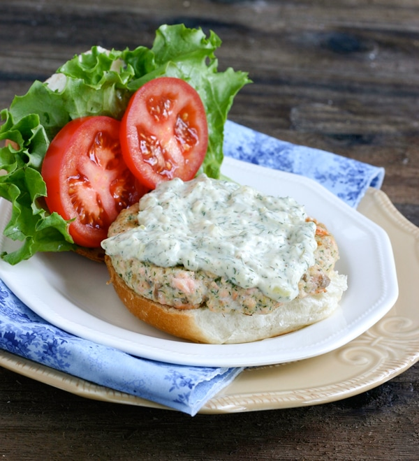 Use delicious and healthy fresh salmon to make these healthy Salmon Burgers with Dill Tartar Sauce. Yum! #salmon #burger #sandwich #dinnerideas