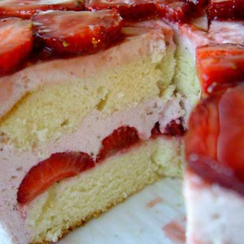 Now that strawberries are in season, I am pleased to introduce you to one of my favorite cakes. Say hello to my Strawberry Mouse Cake!