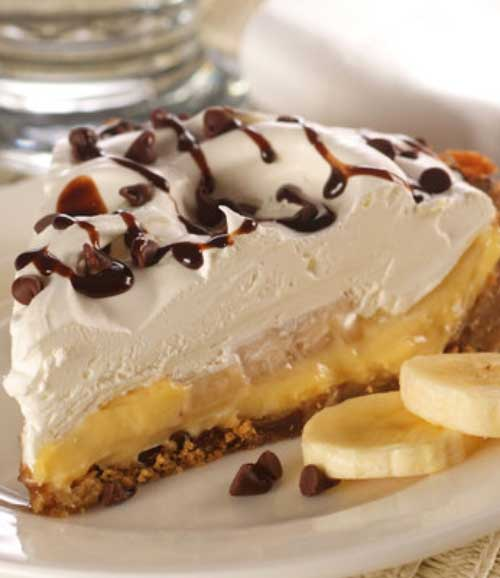 Banana cream pie made easy! A chocolate chip cookie dough crust makes the dessert!