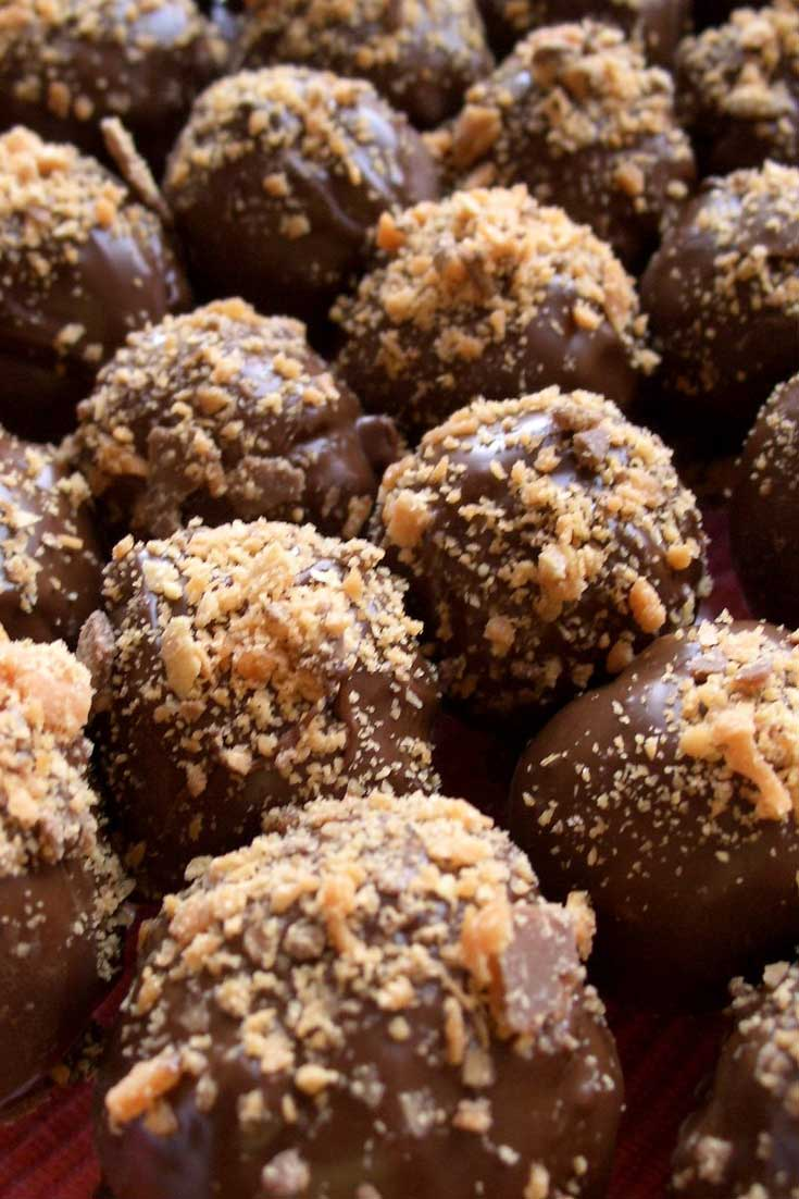 There is something about cake covered in chocolate and Butterfingers that people can't resist. Don't believe me? Try this Butterfinger Cake Balls recipe and see for yourself! #cake #butterfinger #cakeballs #dessert