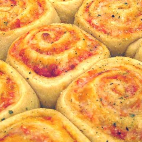 Recipe for Pizza Rolls - These pizza rolls are so cute, and not hard to make. Plus it's pizza...so EVERYONE will love them!