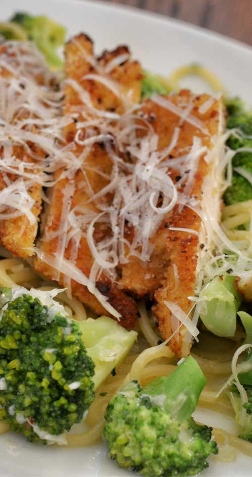 If you are looking for quick dinner idea look no further, this Creamy Garlic Chicken and Broccoli Pasta it is it. Plus it taste delicious! #chicken #pasta #broccoli #dinnerideas
