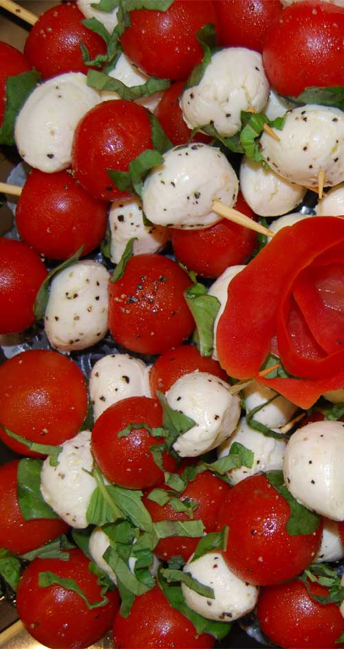 TheseCaprese Salad Skewers are a super simple appetizer that doesn\'t involve cooking. And who does not love caprese salad?! #capresesalad #tomato #mozzarella #basil #appetizers #partyfood