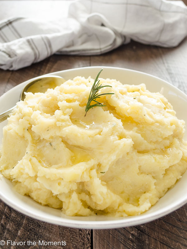 Slow Cooker Buttermilk Mashed Potatoes are creamy yukon gold mashed potatoes with the delicious flavors of garlic, rosemary, and tangy buttermilk! @FlavortheMoment