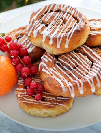 super-soft cinnamon fruit buns with tea soaked fruit filling and white icing recipes from flavour-files.com