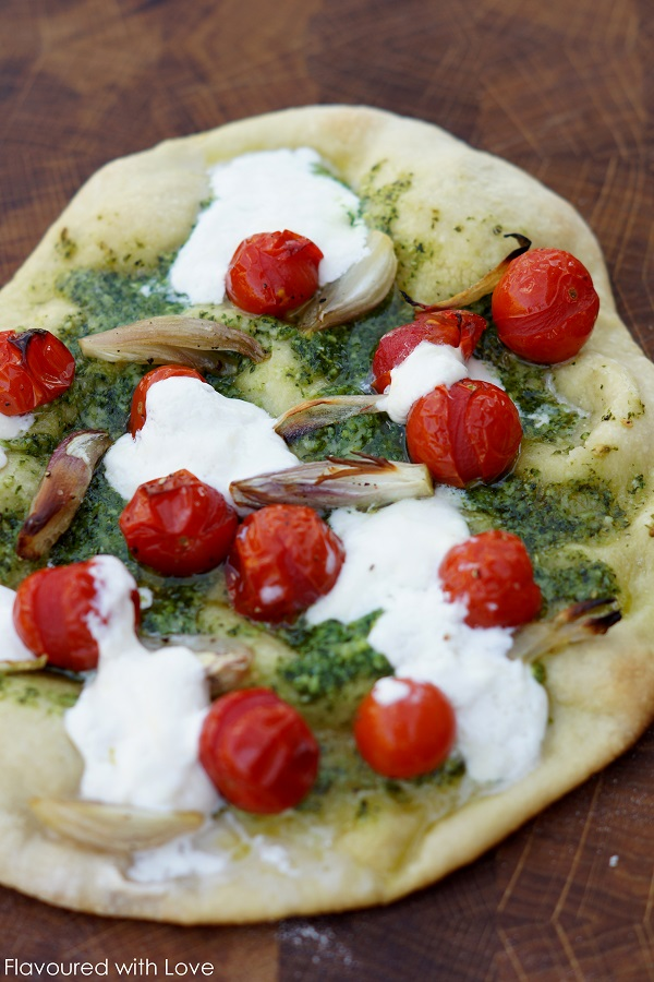 pesto pizza mit burrata und kirschtomaten flavoured with love. Black Bedroom Furniture Sets. Home Design Ideas