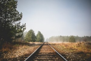 tren-carriles-perspectiva_385-19324154
