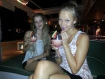 Maria og Kristi med drinks