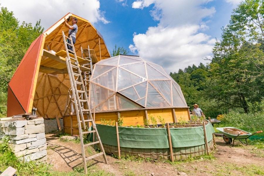 Geodome im Bau auf Biohof Albisboden... Kai auf der Leiter