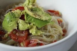 Glasnudelsalat mit Tomate und Avocado