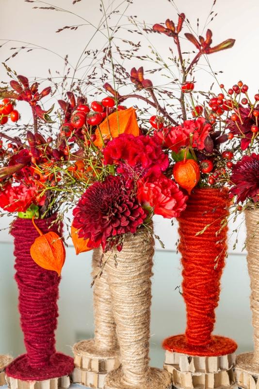 Fleur Creatief: Fleur floriste Charlotte Bartholomé maakt een mooi bloemstuk voor de herfst, in warm rode kleuren. Probeer deze DIY zelf met de duidelijke stap-voor-stap omschrijving.