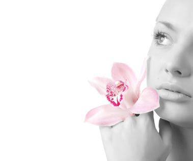 jeune femme avec une orchidée par fleuristes-et-fleurs