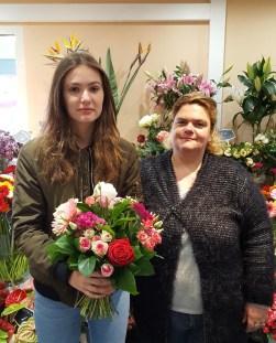 "Joana (gagnante du jeu Youpi Fleurs) et la fleuriste, Gwen, ""Au Jardin de Cécilia"""