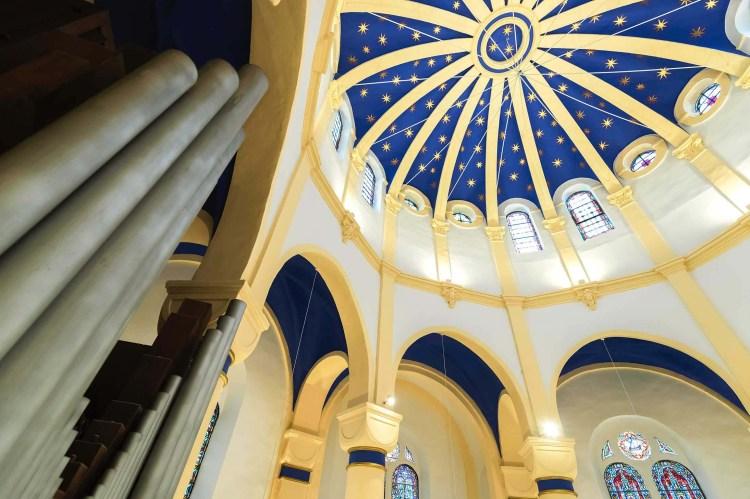 fleur nabert sculpteur basilique notre dame de bon secours saint avold aménagement liturgique dôme étoiles verre thermoformé peinture polychrome bleu