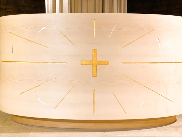 fleur nabert sculpteur bourg d'oisans aménagements liturgiques autel détails bois feuille or