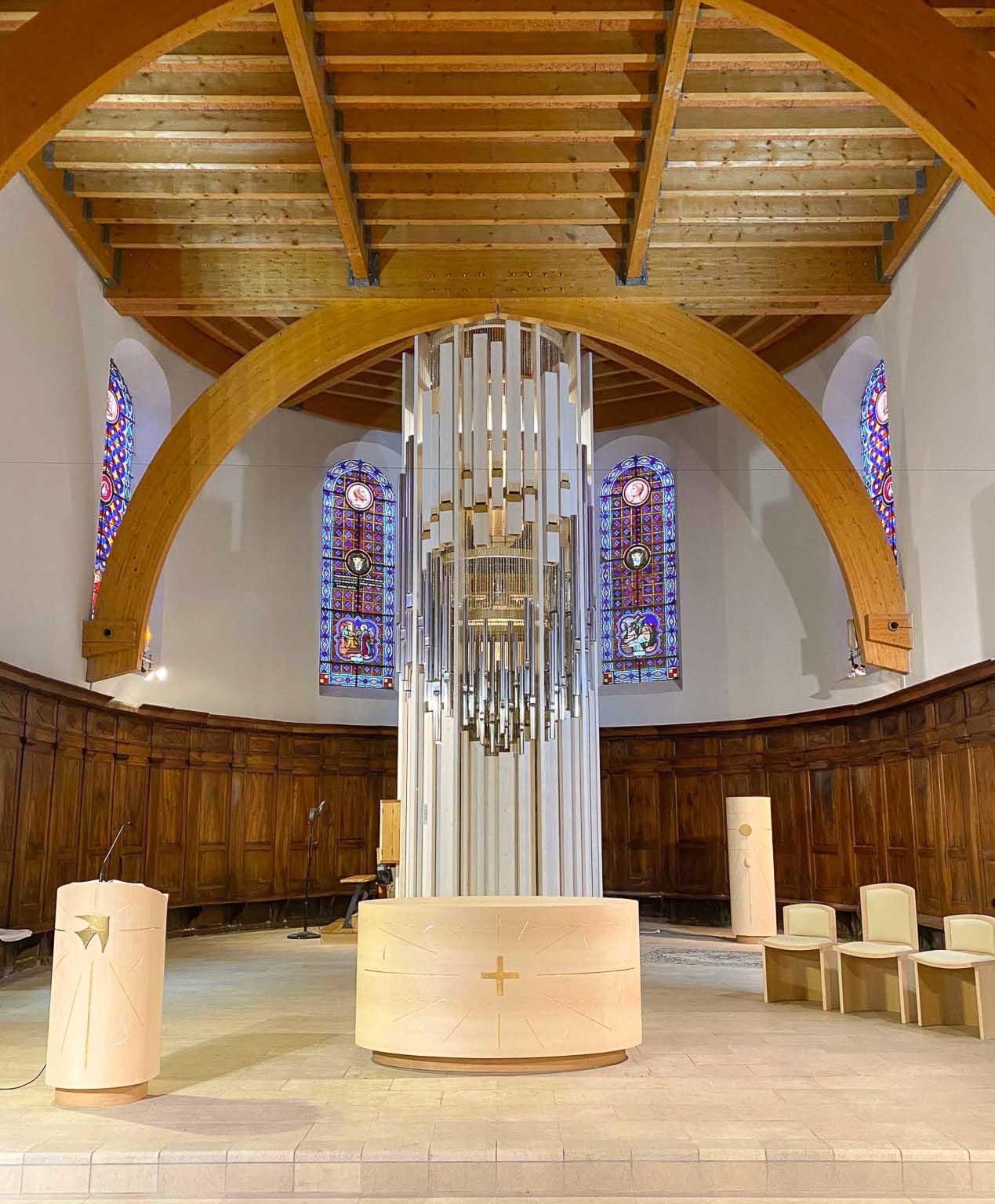 fleur nabert sculpteur bourg d'oisans chœur aménagement liturgique autel ambon tabernacle ensemble de présidence bois feuille d'or