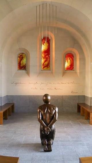 fleur nabert sculpteur lisieux-cloître miséricorde vue ensemble statue henri pranzini sainte Thérèse vitraux bronze