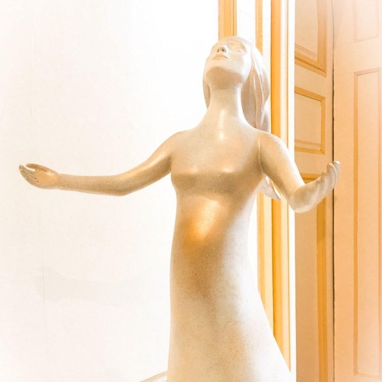 fleur nabert oratoire carmel bayonne aménagement-liturgique statue vierge enceinte bronze doré