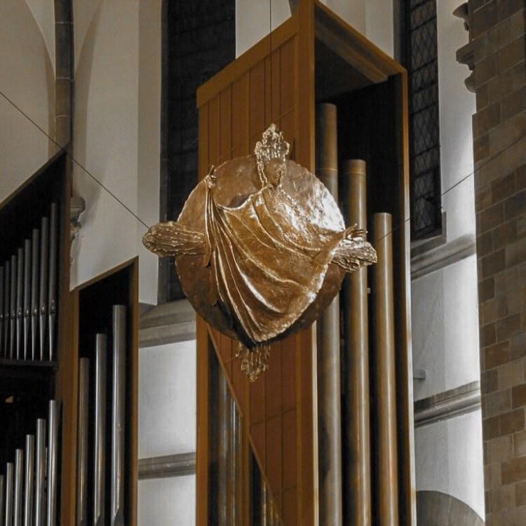 fleur nabert sculpteur église de la sainte famille schiltigheim créations liturgiques christ suspendu bronze