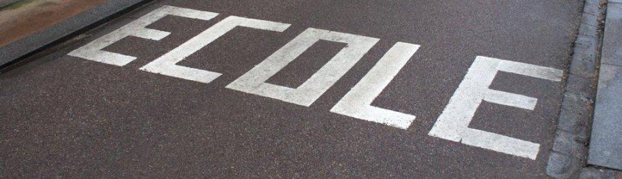 Les enfants sont de retour sur le chemin de l'école Respectez les limites de vitesse et soyez prudents