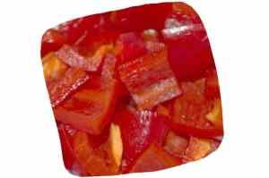 Recette de la salade de pois chiches, courgette et poivron : dés de poivron rouge