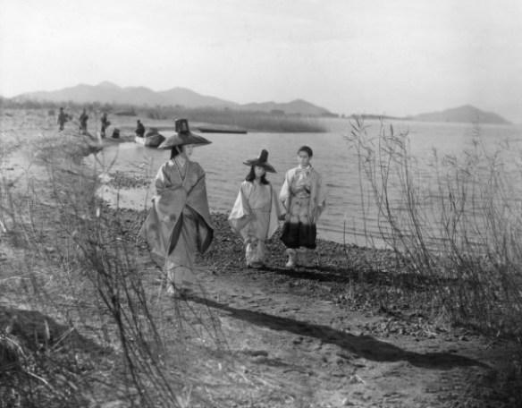 sansho-dayu-1954-001-medieval-japanese-walk-on-the-sea-00n-fbp