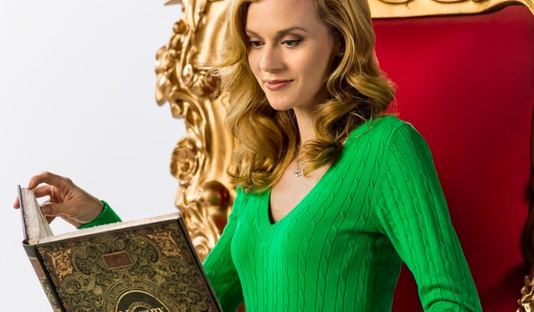 Reluctantly working as a department store elf during the holidays, humbug Krissy Kringle (Hilarie Burton) finds herself with Santa?s ?Naughty or Nice? list.  Will her holiday power trip take over, or will she find the Christmas spirit to turn her naughty actions into a nice ending?