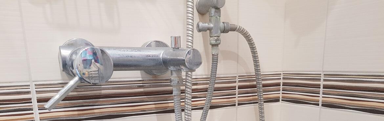 Fliesen in der Dusche reinigen