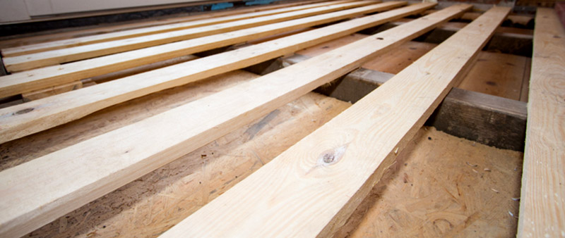 Bodenkonstruktion auf Holzbalken