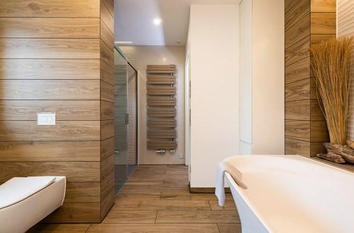 Badezimmer mit Fliesen