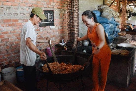 Making of rice crispy in Cai Be