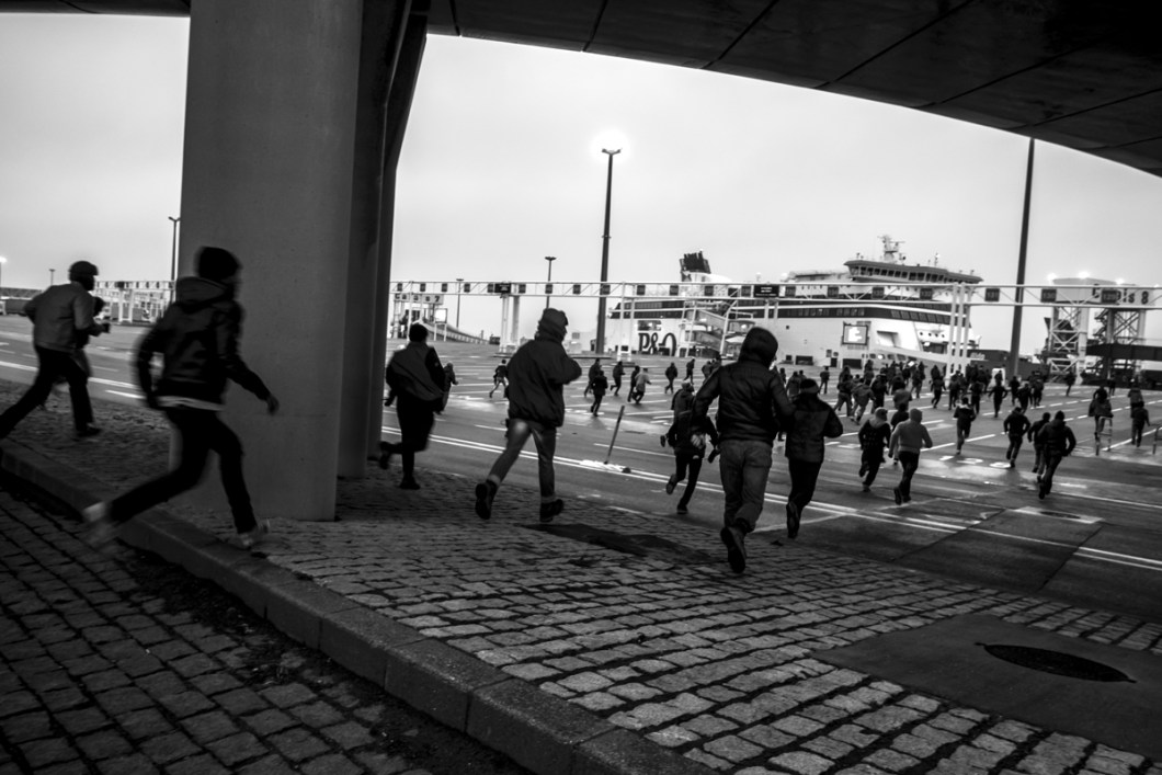 January, 23, 2016 : Tens of refugees running to the ferry docking. Calais, (62), France.
