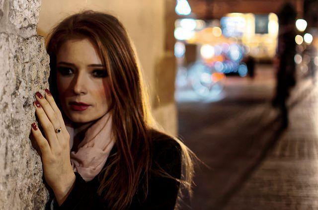 Mujer en la noche con ansiedad y tristeza