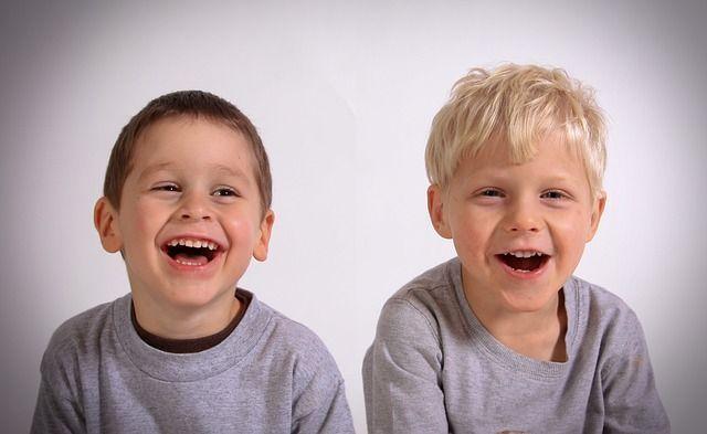 Niños riendo