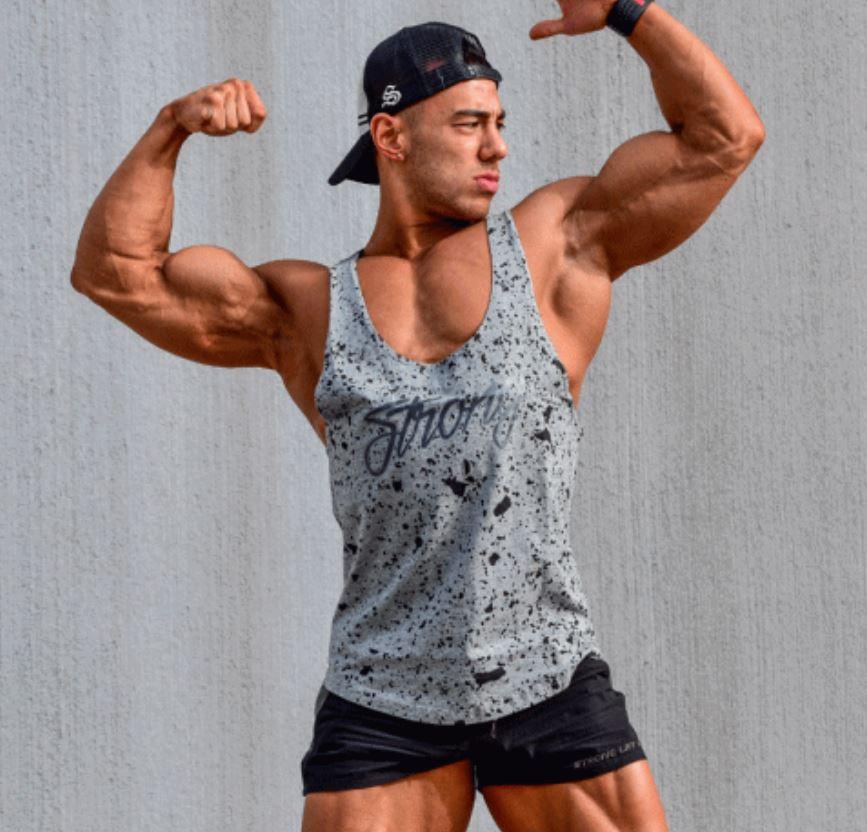 筋肉見せびらかしタンクトップ