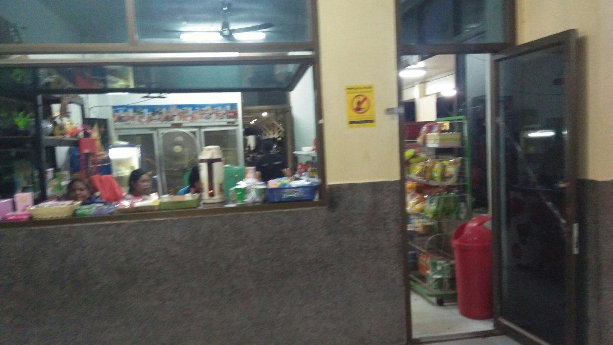 ウドンタニ駅の売店