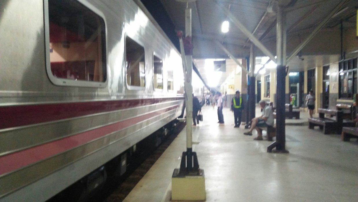 ウドンタ二発バンコク行き寝台列車